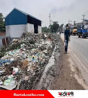 রূপগঞ্জ সড়ক মহাসড়কে ময়লা-আবর্জনা,কেউ নেই দেখার